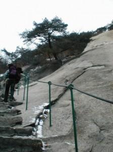 사진 북한산의 암벽(인수봉)을 올려다보는 등산로 2006년 촬영