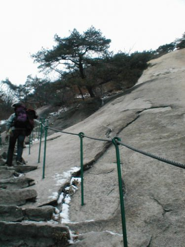 북한산의 암벽(인수봉)을 올려다보는 등산로 2006년 촬영